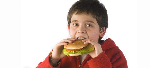 Cuando un niño tiene exceso de grasa corporal, corre el riesgo de padecer obesidad infantil.