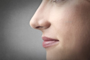 Por norma general, la cirugía de nariz se realiza administrando anestesia general al paciente a tratar.