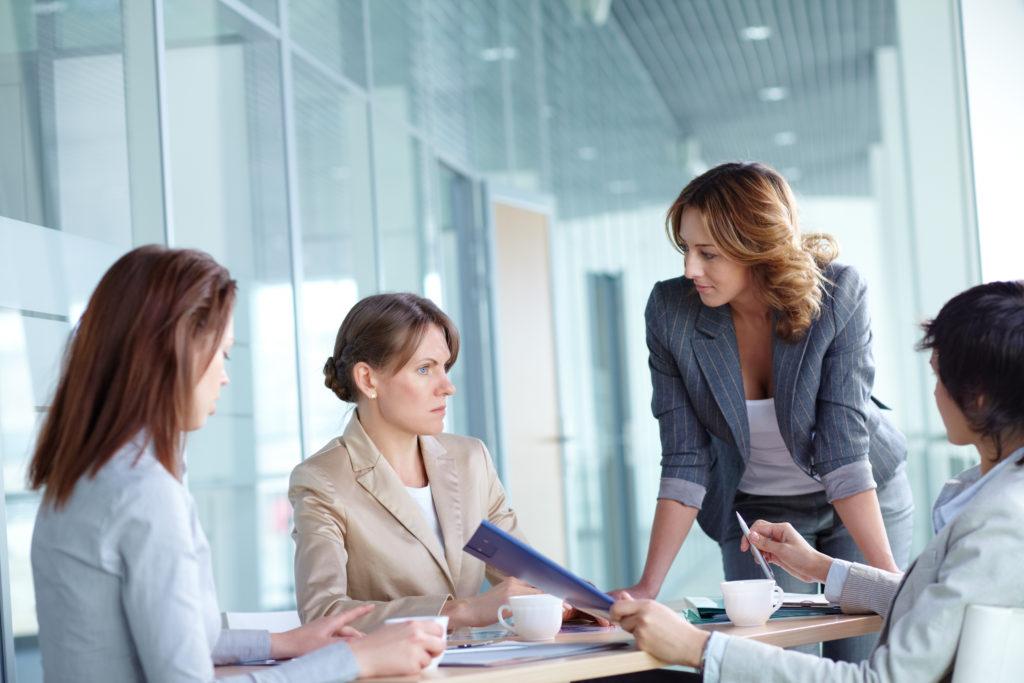 Mujeres en una reunión de trabajo