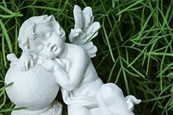 Escultura de un ángel durmiendo