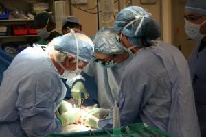 Cirujanos trabajando