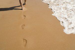 En lugar de tomar el sol, una buena opción para las varices puede ser caminar por la orilla