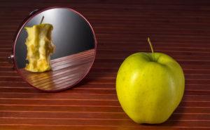 La anorexia es un trastorno mental que hace que la persona se vea obesa, aunque esté bien de peso, y se obsesione por adelgazar.
