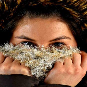 La aparición de escamas en la piel es una de las características manifestaciones de la dermatitis seborreica en la cara.
