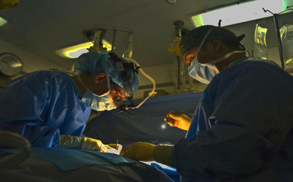 Aunque no es habitual, pueden surgir riesgos en la operación de hernia discal.