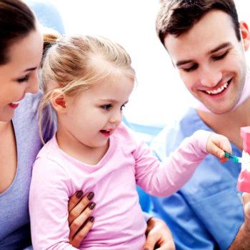 Las caries se han de evitar desde la primera visita al dentista.