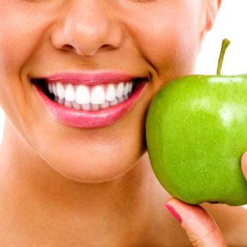 Aunque sus cuidados son mayores, una persona con diabetes no debería presentar especiales problemas dentales.