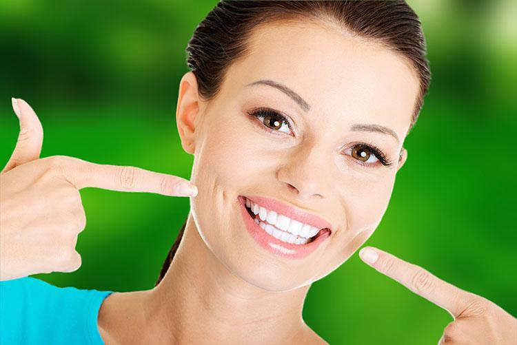 Cada vez más adultos acuden a dentistas en Murcia, preocupados por la estética de sus dientes.