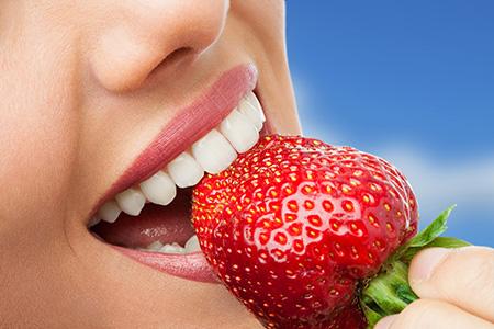 Algunos alimentos pueden contribuir a mantener una dentadura más blanca.