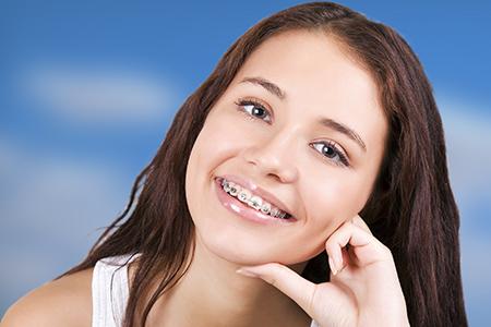 En jóvenes y adolescentes los aparatos fijos de metal son los más utilizados para corregir la posición de los dientes.