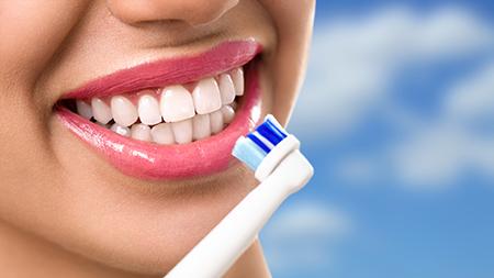 Los dentistas en Zaragoza insisten en la importancia de cepillarse los dientes después de cada comida.