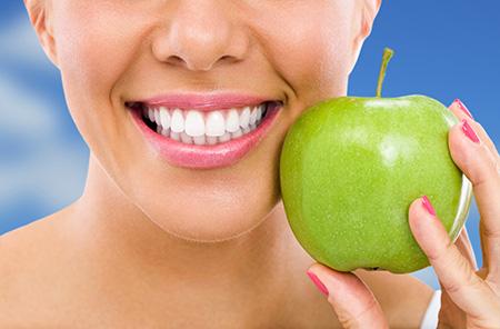 Hay algunos alimentos que pueden contribuir a tener una sonrisa más blanca y brillante.