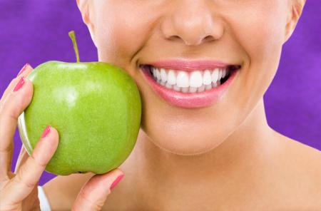 Determinados alimentos favorecen una correcta higiene dental.