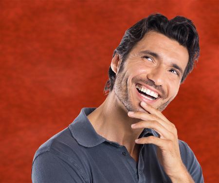 Los dentistas en Barcelona recomiendan realizarse una adecuada limpieza dental para prevenir complicaciones.