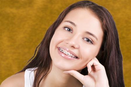 No hay una edad específica a la cual iniciar cualquier clase de tratamiento dental.