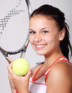Chica jugando al tenis