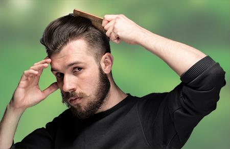 La alopecia comienza antes de que el pacientes perciba la caída constante del pelo. Una solución es el injerto capilar en Barcelona.