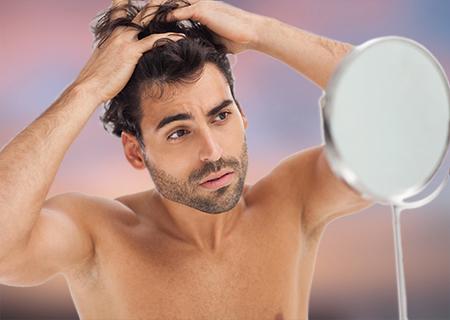 El estrés y la mala alimentación pueden ser desencadenantes de la caída del pelo.