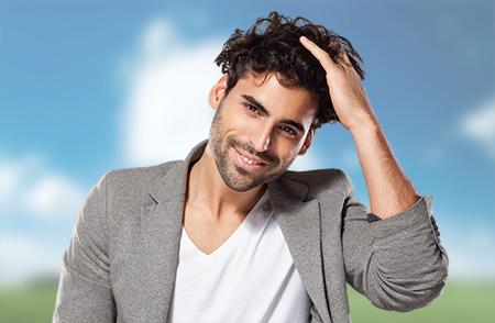 La calvicie común tiene su origen en el cambio hormonal y afecta especialmente a los hombres.
