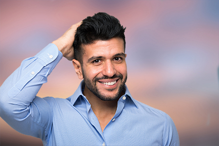 El especialista evaluará la densidad de cabello del paciente para localizar la zona donante en el implante capilar en Zaragoza.