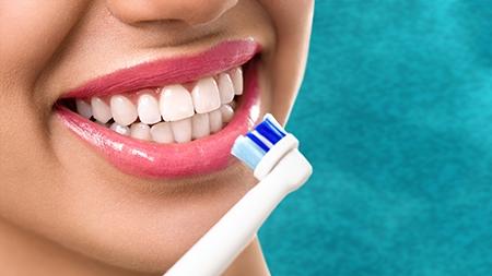 Los pacientes con ortodoncia en Valencia tienen que extremar sus hábitos de limpieza bucodental y cepillado.