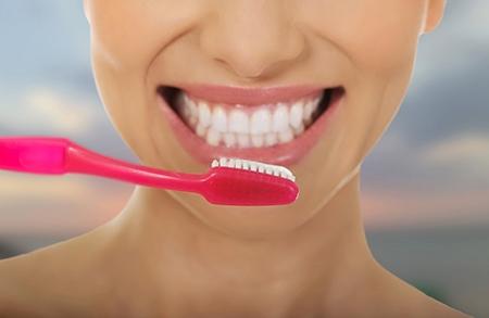 Los dentistas estudian los problemas de alineación de los dientes con radiografías, entre otras técnicas.