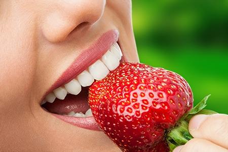 Es imprescindible cepillarse los dientes después de cada comida durante la ortodoncia en Alicante.