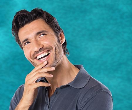 El dentista estudiará en su consulta el estado de la dentadura.