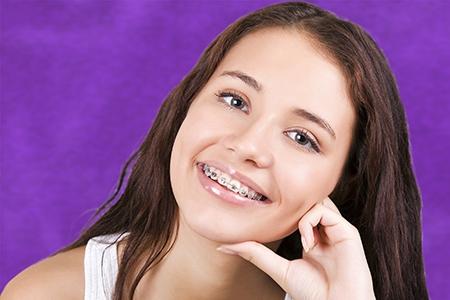 La ortodoncia en Badajoz corrige defectos de apiñamiento de dientes.