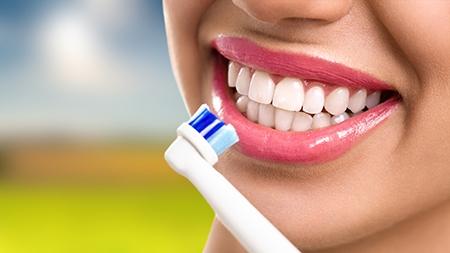 Una buena limpieza y cepillado de la dentadura es muy importante cuando se lleva aparato de ortodoncia en Badajoz.