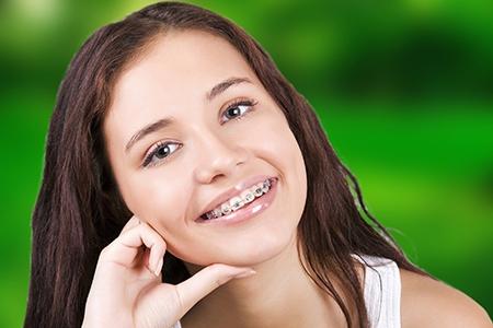 Existen diferentes tipos de tratamientos de ortodoncia, pero los aparatos fijos y metálicos siguen siendo los más utilizados.