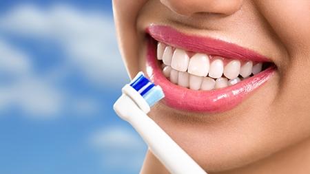 Los pacientes con ortodoncia en Granada deberán cepillarse los dientes al menos tres veces al día.