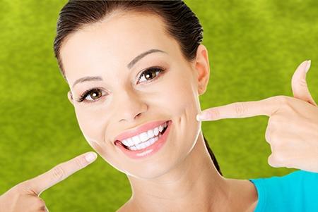 Después de la ortodoncia, suele recomendarse el uso de retenedores para evitar que los dientes vuelvan a su posición original.