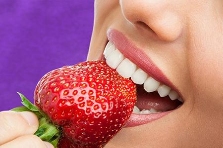 Se necesita limpiar los dientes muy bien después de cada comida cuando se usa ortodoncia en Mataró.