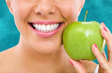 Entre los beneficios de la ortodoncia está el de ayudar a conservar sana la dentadura durante más tiempo.