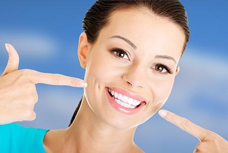 La ortodoncia ayuda a tener una sonrisa bonita de aspecto saludable.