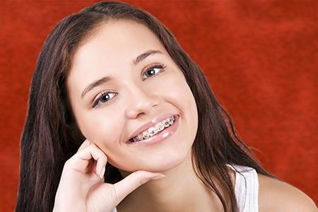 Si están bien colocados, los aparatos dentales no causan daño al paciente.