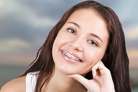 La ortodoncia en niños y adolescentes es una buena oportunidad para adquirir el hábito de cepillarse los dientes.