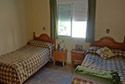 Dormitorio con dos camas en una residencia de ancianos en Badajoz