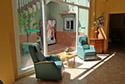 Salón de estar con terraza en una residencia de ancianos en Girona