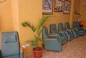 Butacas dentro de la sala de estar en una residencia de ancianos en Córdoba