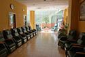 Más butacas dentro de la sala de estar en una residencia de ancianos en Badajoz