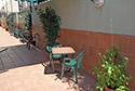 Terraza exterior con sillas y plantas en una residencia de ancianos en Badajoz