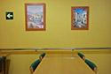 Salon adaptado con barandillas en una residencia de ancianos en Córdoba