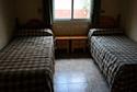 Dormitorio con dos camas individuales en una residencia de ancianos en Badajoz