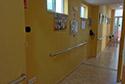 Pasillo adaptado con barandillas en una residencia de ancianos en Badajoz