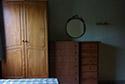 Dormitorio con armario en residencia de ancianos en Girona