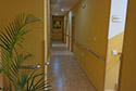 Pasillo largo adaptado con barandillas residencia de ancianos en Badajoz