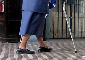 Anciana caminando con un bastón
