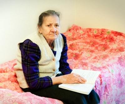 Una anciana en su habitación
